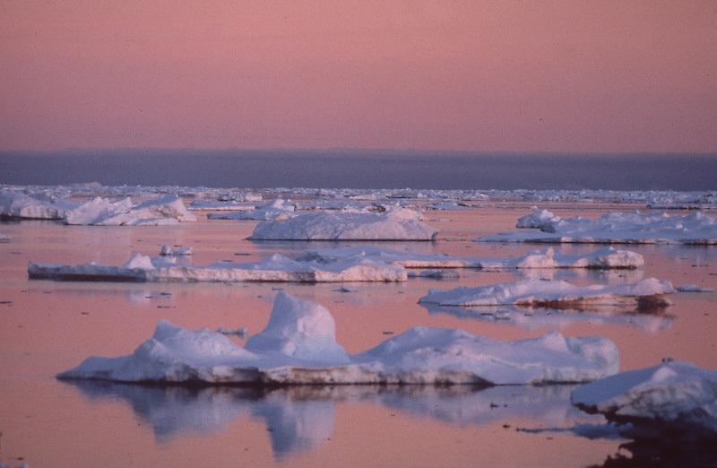 Sundown in Antarctica.<br /> Sonnenuntergang in der Antarktik.