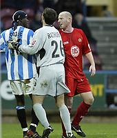 Fotball<br /> England 2004/2005<br /> Foto: SBI/Digitalsport<br /> NORWAY ONLY<br /> <br /> Coca-Cola League 1<br /> 03/01/2005.<br /> <br /> Huddersfield v Bristol City<br /> <br /> Bristol's Steve Brooker clashes with Huddersfield's Efe Sodje