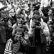 NLD/Soest/19900618 - Bisschop Desmond Tutu van Zuid Afrika opent de gelijknamige school in Soest, fotografen