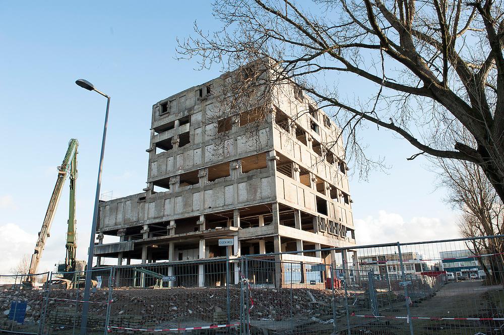 Nederland, Rotterdam, 2 jan 2013.Op een industriegebied in Schiedam wordt een oud bedrijfsgebouw gesloopt. Er staat hier veel leeg, er zijn veel verouderde gebouwen. .Foto(c): Michiel Wijnbergh
