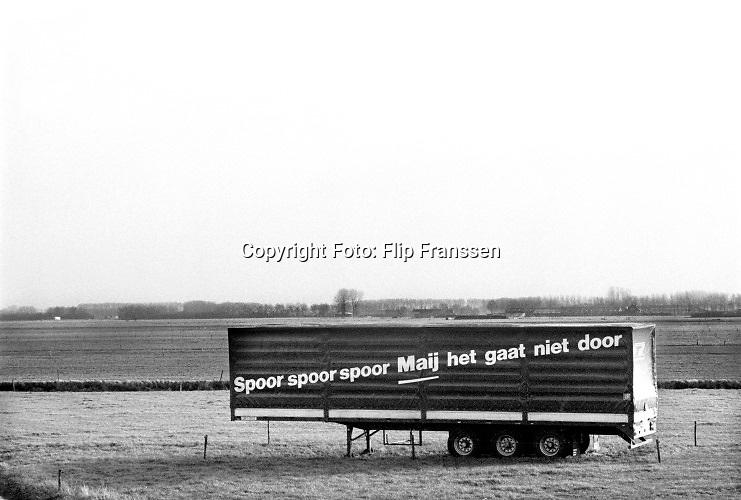 Nederland, Andelst, 1-2-1994Protest tegen de aanleg van de betuwelijn voor vrachtvervoer. Maij is de naam van de minister van verkeer en waterstaat, Maij Weggen .Foto: Flip Franssen/Hollandse Hoogte