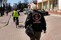 Bielsk Podlaski, woj. podlaskie, 08.04.2020. W liczacym 55 tys mieszkancow powiecie bielskim odnotowano 1/3 ( na dzien 8.04.2020 42 przypadki ) wszystkich zachorowan na koronawirusa w woj. podlaskim. Ulice miasta sa wyludnione, a ci ktorzy musza wyjsc w wiekszosci chodza w maseczkach ochronnych fot Michal Kosc / AGENCJA WSCHOD