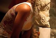 """V. 11. Valencia // El reflejo de la cabeza del Polifemo con tres ojos se ve superpuesto a la de una visitante que contempla la seccion """"Grecia: divinidades-ojo"""" de la exposición """"La vista y la visión"""" que se ha presentado hoy en el Instituto Valenciano de Arte Moderno. EFE / Kai Försterling."""