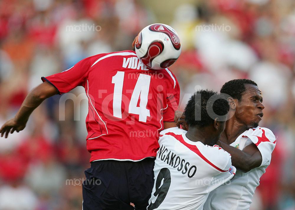 Fussball International U 20 WM  Chile vs Kongo Arturo VIDAL (CHI, l) gegen Ermejea NGAKOSSO (CGO).