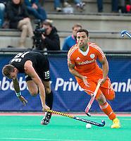 ROTTERDAM - HOCKEY - Valentin Verga  tijdens de wedstrijd tussen de mannen bvan Nederland en Nieuw Zeeland (3-3)  bij de Rabobank Hockey World League in Rotterdam. links Alex Shaw . ANP KOEN SUYK