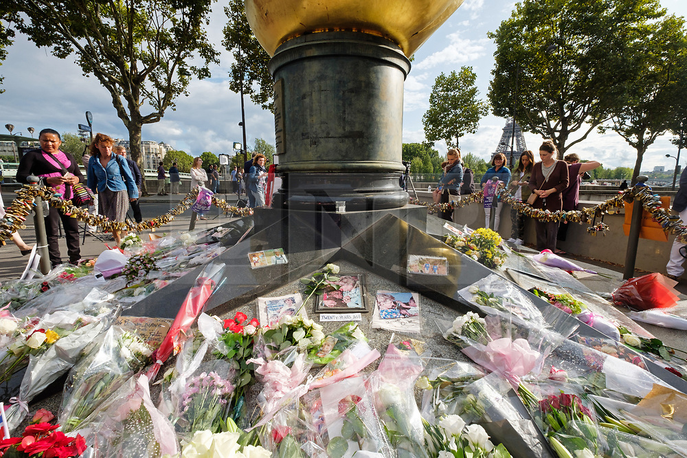 © Licensed to London News Pictures. 31/08/2017. Paris, France. People pay tribute to the late Princess Diana above the Post de l'Alma tunnel in Paris.  Princess Diana died with Dodi Al-Fayed in a car crash on 31st August 1997. Photo credit: Ray Tang/LNP