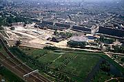Nederland, Amsterdam, Westergasfabriek, 17/05/2002; aanleg Westerpark op terrein voormalige Westergasfabriek; de sterk verontreinigde grond wordt gesaneerd voordat het nieuwe park wordt gerealiseerd; midden Staatsliedenbuurt (negentiende eeuwse woonbuurt); aan de horizon binnenstad centrum Amsterdam; rechts voormalig waterleidingterrein / watertoren; linksonder spoorlijn naar Sloterdijk - Haarlem; economie wonen werken milieu;<br /> luchtfoto (toeslag), aerial photo (additional fee)<br /> foto /photo Siebe Swart