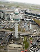Nederland, Noord-Holland, Haarlemmermeer, 16-04-2008; Schiphol Plaza, plein rond de verkeerstoren, de ingang van de luchthaven, het station en het winkelcentrum rechts hiervan (met driehoekig begroeid dak); links parkeerterreinen kantoren; midden boven: de nieuwe terminal (terminal 3); parkeren, parkeerterrein,..luchtfoto (toeslag); aerial photo (additional fee required); .foto Siebe Swart / photo Siebe Swart