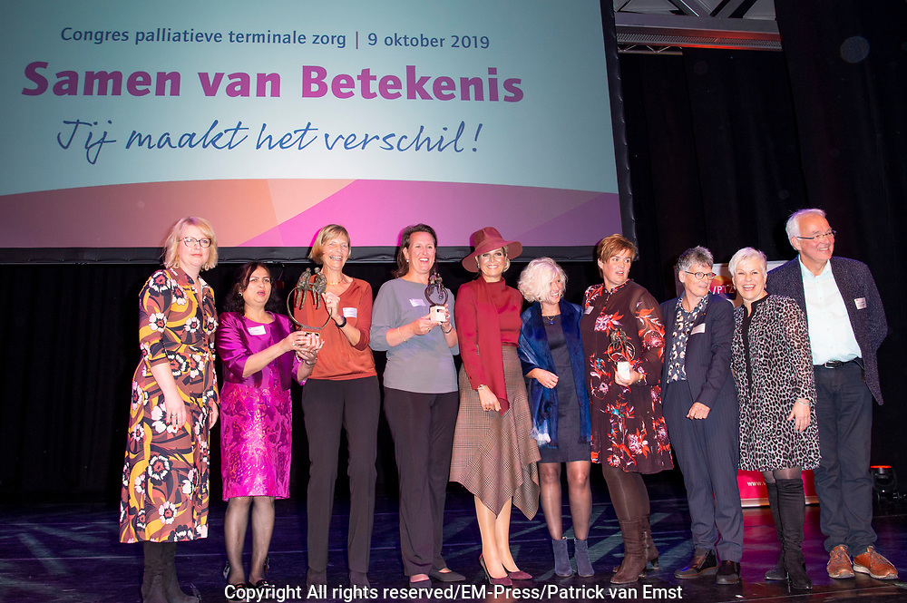 """Koningin Maxima is aanwezig bij het congres 'Samen van betekenis – Jij maakt het verschil!' in het theater Flint in Amersfoort. Het congres wordt georganiseerd door Vrijwilligers Palliatieve Terminale Zorg Nederland (VPTZ), die mensen in hun laatste levensfase en hun mantelzorgers ondersteunt. <br /> <br /> Queen Maxima is present at the conference """"Together of meaning - You make the difference!"""" In the Flint theater in Amersfoort. The congress is organized by Volunteers Palliative Terminal Care Netherlands (VPTZ), which supports people in their final phase of life and their caregivers."""