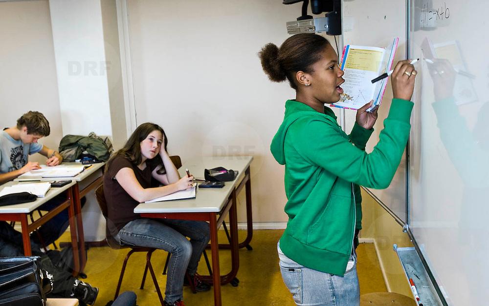 Nederland Rotterdam 23-09-2009 20090923 Serie over onderwijs, het Libanon Lyceum Kralingen,  openbare scholengemeenschap voor mavo, havo en vwo.   Leerlinge werkt  klassikaal som op uit, oefeningen, klassikaal werken.                                                     .Foto: David Rozing
