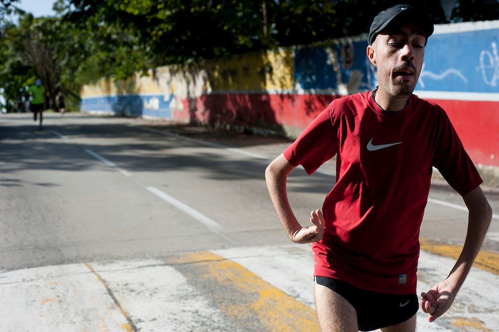 Maickel Melamed recorre 20Km en la lagunita como parte de su entrenamiento para correr el maraton de NYC.
