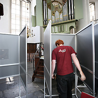 Nederland, Amsterdam, 21 mei 2014.<br /> Opbouw stemhokjes i.v.m. de Europese Verkiezingen morgen.<br /> Op de foto: Stemhokjes worden geplaatst in o.a.Westerkerk.<br /> Constructing the polling booths in the Westerkerk in Amsterdam for the European elections 2014, on 22 May in the Netherlands.