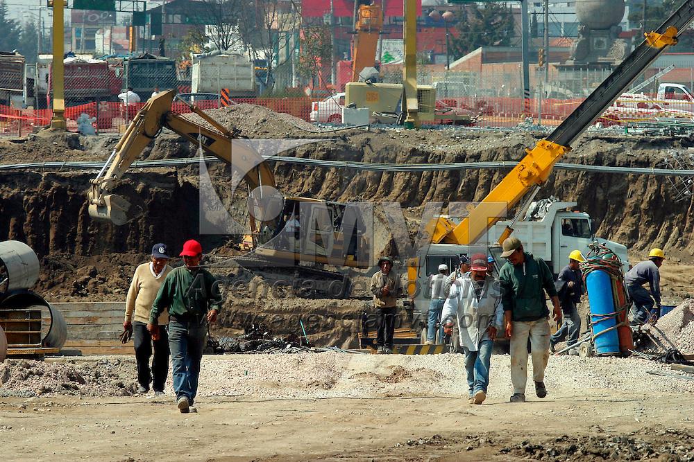 Toluca, Méx.- Aspecto de los avances en la construccion de los pasos a desnivel y puentes en el paseo Tollocan de esta ciudad. Agencia MVT / Mario Vazquez de la Torre. (DIGITAL)<br /> <br /> NO ARCHIVAR - NO ARCHIVE