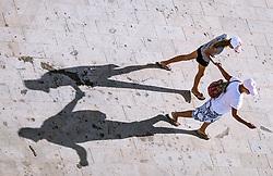 THEMENBILD - Spaziergänger an der Strandpromenade an einem heissen Sommertag, aufgenommen am 17. August 2018 in Larnaka, Zypern // Strollers on the beach promenade on a hot summer Day, Larnaca, Cyprus on 2018/08/17. EXPA Pictures © 2018, PhotoCredit: EXPA/ JFK