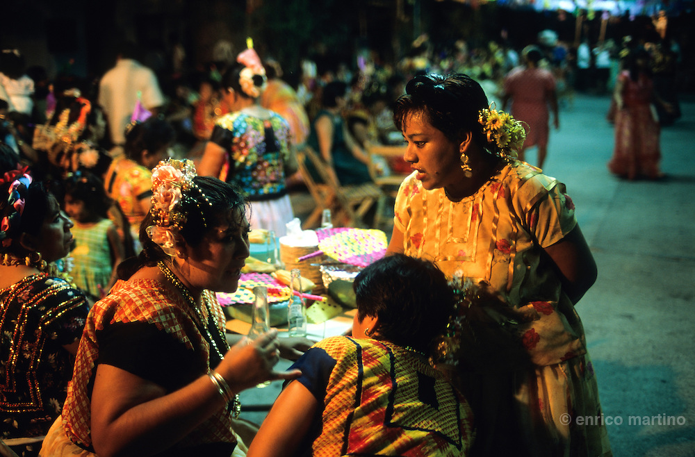"""Salina Cruz, barrio"""" La Hormiga. Vela, with traditional dances (""""sones"""") with skirts and huipiles. Many times the Tehuanas dances without men."""
