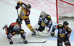 21.10.2016, Albert Schultz Halle, Wien, AUT, EBEL, UPC Vienna Capitals vs Dornbirner Eishockey Club, 12. Runde, im Bild Kevin Schmidt (Dornbirner Eishockey Club), Jerry Pollastrone (UPC Vienna Capitals), Florian Hardy (Dornbirner Eishockey Club) und Michael Caruso (Dornbirner Eishockey Club) // during the Erste Bank Icehockey League 12th Round match between UPC Vienna Capitals and Dornbirner Eishockey Club at the Albert Schultz Ice Arena, Vienna, Austria on 2016/10/21. EXPA Pictures © 2016, PhotoCredit: EXPA/ Thomas Haumer