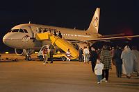 07.04.1999, Mazedonien/Skopje:<br /> Flüchtlinge / Vertriebene aus dem Kosovo steigen auf dem Flughafen Skopje in eine Chartermaschine zum Weiterflug nach Nürmberg, Flughafen Skopje, Mazedonien<br /> Refugees from Kosovo on their way to planes to germany, airport Skopje, Macedonia <br /> IMAGE: 19990407-01/06-12