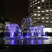 L'annuale edizione del festival delle luci a Canary Wharf, una mostra all'aperto di installazioni luminose. Fontana a Cabot Square.<br /> <br /> The yearly edition of the lights festival in Canary Wharf, an open-air exhibition of light installations. Cabot Square fountains