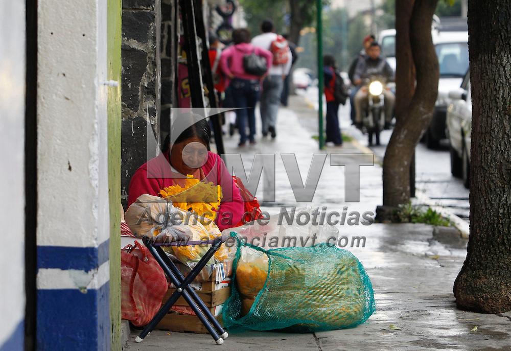 Toluca, México.- Una mujer que viene de la periferia del municipio de Toluca vende verduras en una calle de esta ciudad, alejándose de los inspectores municipales que los quitan de estos lugares. Agencia MVT / Crisanta Espinosa