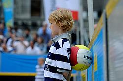 06-06-2010 VOLLEYBAL: JIBA GRAND SLAM BEACHVOLLEYBAL: AMSTERDAM<br /> In een koninklijke ambiance streden de nationale top, zowel de dames als de heren, om de eerste Grand Slam titel van het seizoen bij de Jiba Eredivisie Beach Volleyball - Ballenjongen Gala volleybal bal<br /> ©2010-WWW.FOTOHOOGENDOORN.NL