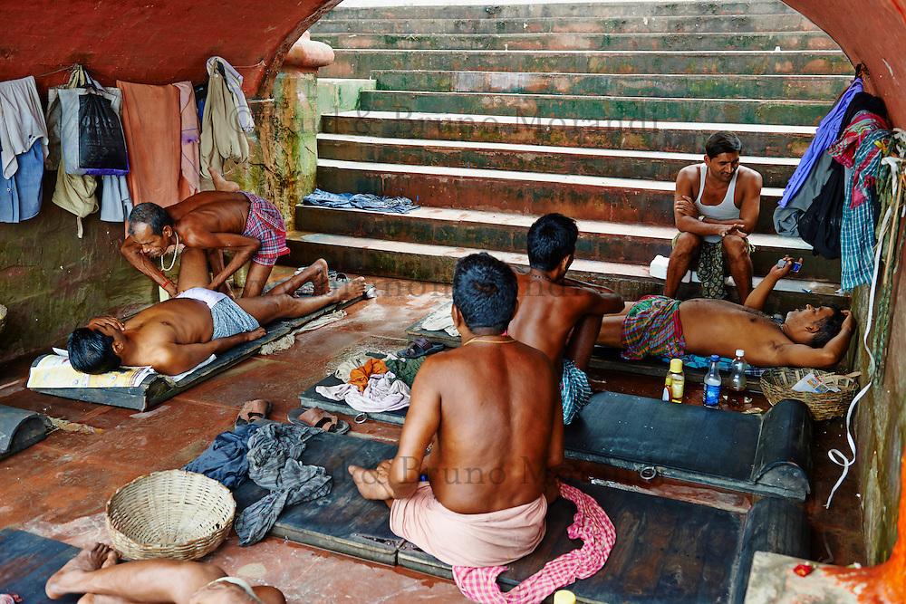 Inde, Bengale Occidental, Calcutta (Kolkata), massage a Babughat // India, West Bengal, Kolkata, Calcutta, massage at Babughat