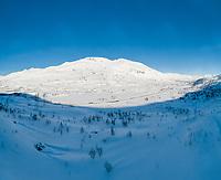 Dronefoto-montasje som viser Sølvfjellet og Spanstinden bak E6 vinterstid.
