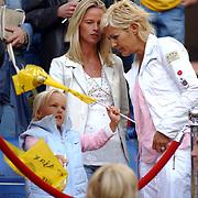 NLD/Amsterdam/20050805 - Johan Cruijffschaal 2005, PSV - Ajax, Helen van Haren en dochter, vrouw Frank de Boer in gesprek met
