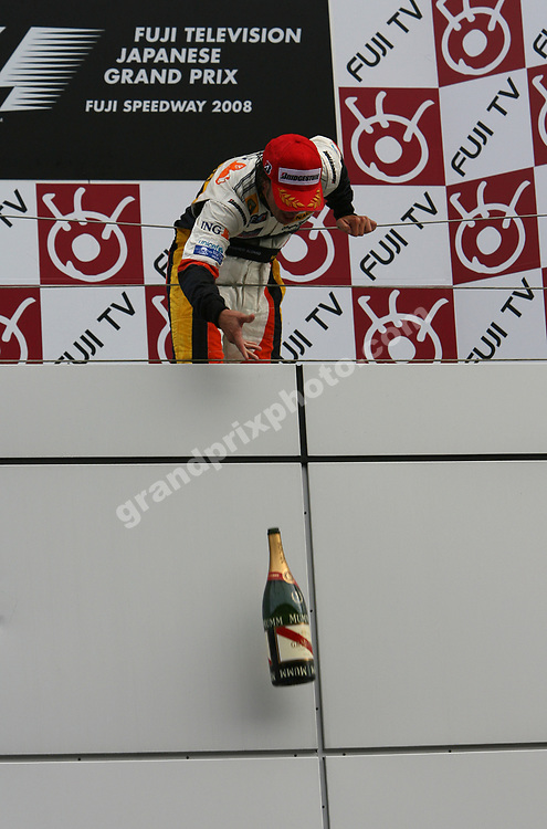 Fernando Alonso (Renault) drops the champagne from the podium after the 2008 Japanese Grand Prix at Fuji Speedway. Photo: Grand Prix Photo