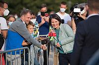 Potsdam, 31.08.2021: Wahlkampfveranstaltung von BÜNDNIS 90/DIE GRÜNEN mit der Grünen-Kanzlerkandidatin Annalena Baerbock auf dem Bassinplatz. Hier beim Selfie mit einem Vater und seinem Sohn. Die Kanzlerkandidatin beantwortete im Rahmen des Townhall-Dialogformats Fragen von Bürgerinnen und Bürgern.