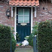 NLD/Laren/20111126 - Bloemen voor de woning van Coco de Meyere na haar zelfmoord,