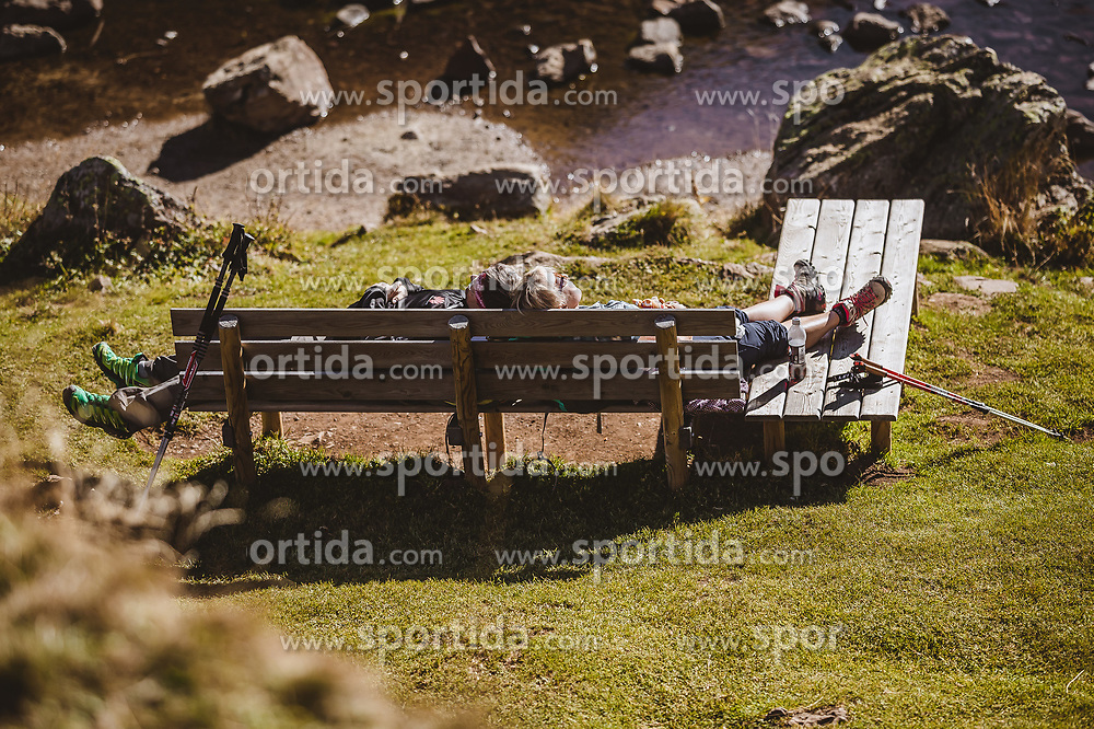 THEMENBILD - Wanderer rasten sich auf Sitzbänken in der Sonne am Wildseeloderhaus aus, aufgenommen am 20. Oktober 2018 in Fieberbrunn, Österreich // Hikers relax on benches in the sun at the Wildseeloderhaus, Fieberbrunn, Austria on 2018/10/20. EXPA Pictures © 2018, PhotoCredit: EXPA/ JFK