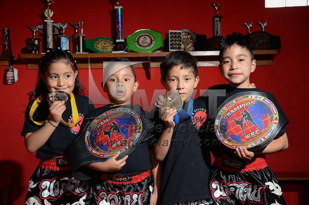 Toluca, México (Agosto 05, 2017).-  El representativo mexiquense de Kick Boxing que tuvo participación en el sexto Torneo de las Estrellas Internacional de esa especialidad, regresó a la entidad mexiquense con 40 cinturones de primer lugar y 14 medallas de segundo y tercer sitio, en las categorías mini, junior y juvenil. Agencia MVT / Arturo Hernández.