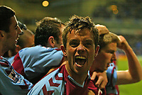 Fotball<br /> Premier Legaue England 2004<br /> 13.11.2004<br /> Foto: SBI/Digitalsport<br /> NORWAY ONLY<br /> <br /> Bolton Wanderers v Aston Villa<br /> <br /> Aston Villa's Lee Hendrie celebrates as his team win in the final minutes of the match, after a goal scored by Thomas Hitzlsperger (R).