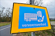 Nederland, Lunteren,11-4-2015Borden met de de tekst vervoersverbod staan nog steeds langs de weg na de laatste uitbraak van vogelgriep in deze regio bij Barneveld enkele weken geleden..FOTO: FLIP FRANSSEN/ HOLLANDSE HOOGTE