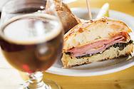 En smörgås, House Pork Pastrami Reuben med Gruyere, 1000 Island, Suerkraut på en Brioche. Till smörgåsen rekommenderas surölen 'Sang Noir' eller 'Elderberry'. The Barrel House, Portland, Oregon. <br /> Foto: Christina Sjögren