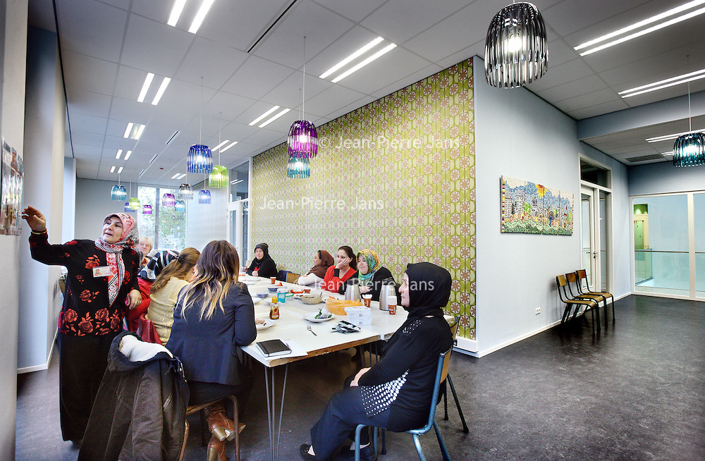 Nederland, Amsterdam , 12 november 2013.<br /> 1 van de ruimtes binnen het buurtcentrum Honingraat aan de Slotermeerlaan waar cursussen en andere activiteiten voor buurtbewoners wordt georganiseerd.<br /> Foto:Jean-Pierre Jans