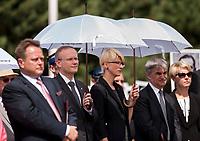 19.07.2015 Giby woj podlaskie Obchody 70. rocznicy Oblawy Augustowskiej - najwiekszej zbrodni w powojennej Polsce przy krzyzu w Gibach , ktory jest symbolicznym grobem ofiar . W lipcu 1945 roku Sowieci uprowadzili okolo 600 mieszkancow Augustowszczyzny , Sejnenszczyzny i Suwalszczyzny . Do tej pory nie wiadomo, gdzie znajduja sie ich groby . Sledztwo w tej sprawie trwa od 2001 roku . Akta licza juz ponad 70 tomow zas rozwiazaniem zagadki zajmuje sie zespol prokuratorow IPN , ktorzy przesluchali do tej pory ponad 700 swiadkow n/z (L-P) podlaski posel PiS Jaroslaw Zielinski , prezes IPN Lukasz Kaminski oraz Barbara Bojaryn-Kazberuk dyrektor bialostockiego oddzialu IPN fot Michal Kosc / AGENCJA WSCHOD