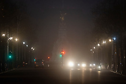 © Licensed to London News Pictures. 30/11/2020. London, UK. Traffic makes its way down The Mall on a foggy morning in central London. Parts of the UK are experiencing heavy fog and low temperatures. Photo credit: George Cracknell Wright/LNP