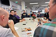 Nederland, Nijmegen, 16-2-2012Op de redactie van de regionale krant Gelderlander daags na de nieuwe bezuinigingsplannen van Wegener.De afdeling Beeld en Vorm bespreekt de dag van gisteren in hun dagelijks werkoverleg.Foto: Flip Franssen/Hollandse Hoogte