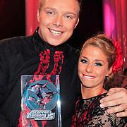 NLD/Hilversum/20130209 - Finale Sterren Dansen op het IJs 2013, Tony Wyczynski met schaatspartner Alexandra Murphy en de gewonnen trofee