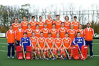NAALDWIJK - Hockey -  Jong Oranje Heren, dat in december het WK in India zal spelen. Tristan Algera (HGC), Milan van Baal (Den Bosch), Roel Bovendeert (Bloemendaal), Thierry Brinkman (Kampong), Thomas van Doorn (Bloemendaal), Bram van Groesen (Den Bosch), Leon Hemminga (Amsterdam), Tom Hiebendaal (HGC), Casper Horn (Amsterdam), Rik van Kan (HGC), Nicki Leijs (Amsterdam), Pepijn Luijkx (Den Bosch), Jasper Luijkx (Den Bosch), Johannes Mooij (Amsterdam), Piet Noordam (K)(Den Bosch), Diede van Puffelen (Bloemendaal), Mark Rijkers (Den Bosch), Maurits Visser (K) (Bloemendaal), Pelle Vos (Bloemendaal), Dennis Warmerdam (Pinoké) en Jan de Wijkerslooth (K) (Voordaan). Sjoerd Marijne (bondscoach), Dave Smolenaars (assistent bondscoach), Stefan Hoogewerff (fysiotherapeut). COPYRIGHT KNHB/KOEN SUYK