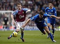 Fotball<br /> Premier League 2004/05<br /> Aston Villa v Birmingham<br /> Villa Park<br /> 12. desember 2004<br /> Foto: Digitalsport<br /> NORWAY ONLY<br /> Aston Villa's Steven Davis (L) and Birmingham's David Dunn (C) battle for possession