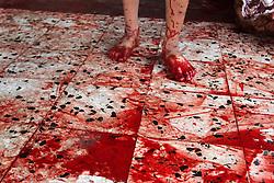 24.09.2015, Rafah, PSE, Islamisches Opferfest Eid al Adha, im Bild Es wird zum Höhepunkt des Haddsch gefeiert, der Wallfahrt nach Mekka, beginnt jährlich am Zehnten des islamischen Monats Dhu l-Hiddscha und dauert vier Tage // Palestinian Muslims sacrifice animals on the first day of of Eid al-Adha or the feast of sacrifice. Muslims across the world are celebrating the annual festival of Eid al-Adha, or the Festival of Sacrifice, which marks the end of the Hajj pilgrimage to Mecca and in commemoration of Prophet Abraham's readiness to sacrifice his son to show obedience to God, Palestine on 2015/09/24. EXPA Pictures © 2015, PhotoCredit: EXPA/ APAimages/ Abed Rahim Khatib<br /> <br /> *****ATTENTION - for AUT, GER, SUI, ITA, POL, CRO, SRB only*****