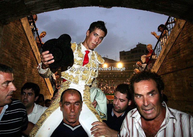 """V. 07. Valencia, 24/07/2004. El torero, César Jimenez, es sacado a hombros tras cortar dos orejas en la corrida celebrada hoy en la plaza de Valencia con motivo de la Feria de San Jaime, en la que ha compartido cartel con """"El Juli"""" y con Luis Bolivar. EFE/Kai Försterling."""