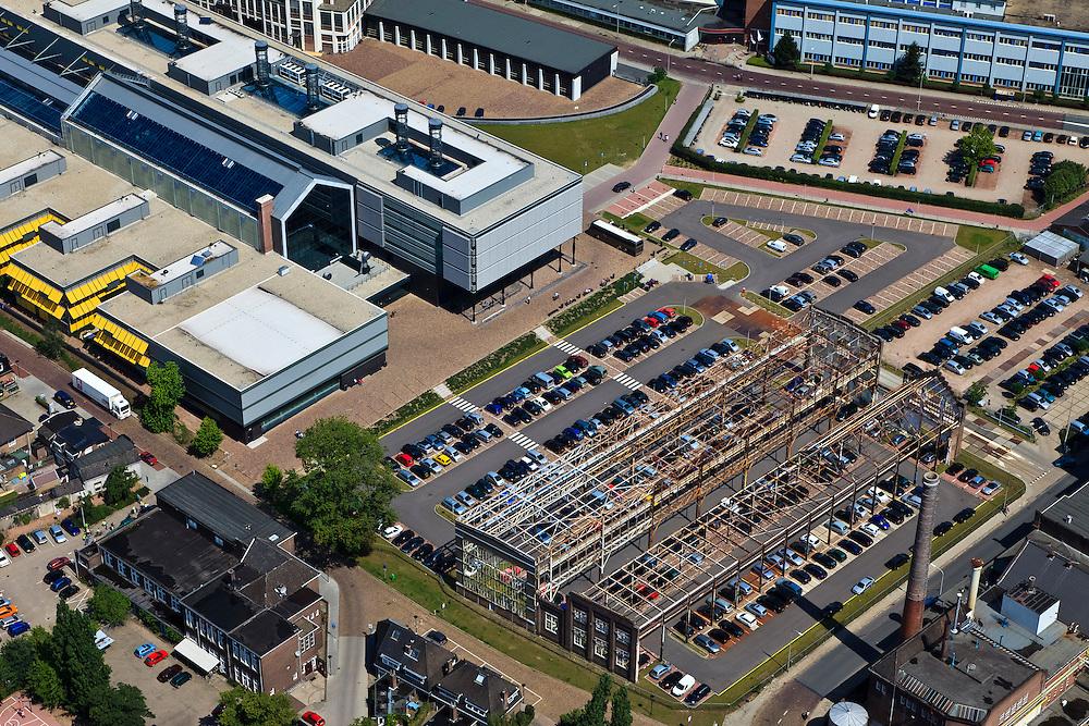 Nederland, Overijssel, Hengelo, 30-06-2011; Lansinkveld onderdeel van het Hart van Zuid. De fabriekshal van voormalige gieterij van Stork, nu ROC Twente.  Het voormalig Hijsch-complex, waarvan de spanten nog staan, is parkeerterrein. .Lansinkveld, part of the 'Heart of South' development scheme. The former foundry of Stork is now ROC Twente (technical and vocational training). The former Hijsch complex, its rafter still standing, is used for parking. luchtfoto (toeslag), aerial photo (additional fee required).copyright foto/photo Siebe Swart