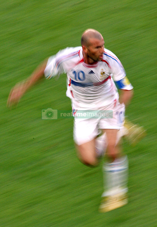 France's Zinedine Zidane in action during the World Cup 2006, Second round, France vs Spain at the AWD-Arena stadium in Hanover, Germany on June 27, 2006. France won 3-1. Photo by Gouhier-Hahn-Orban/Cameleon/ABACAPRESS.COM  Equipe de France de Football French Soccer Team Coupe du Monde de la FIFA Coupe du Monde de football FIFA World Cup Football World Cup Spanish Team Equipe d'Espagne Spanische Nationalmannschaft Zidane Zinedine Zidane Zinedine Activite sportive Sport Activity Soccer Foot Football Soccer Football Seule Seul Seuls Seules Alone Germany Deutschland Allemagne Hanover Hannover Hanovre En pied Full length    100870_46 Hanover Allemagne Germany