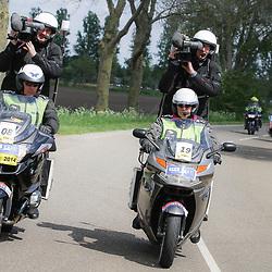 WIELRENNEN Rijssen, de 62e ronde van Overijssel werd op zaterdag 3 mei verreden. Motards Dirk de Velde en Willy Wauthle reden de mannen vna RTV OOst die de wedstrijd in beeld brachten