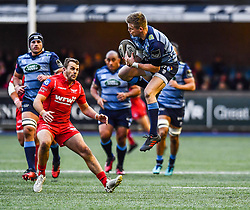 Cardiff Blues' Gareth Anscombe takes the high ball - Mandatory by-line: Craig Thomas/Replay images - 31/12/2017 - RUGBY - Cardiff Arms Park - Cardiff , Wales - Blues v Scarlets - Guinness Pro 14