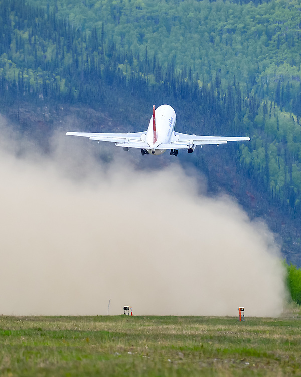 A gravel-kit equipped Boeing 737-200 climbs out of the dust cloud at Dawson City airport (CYDA)
