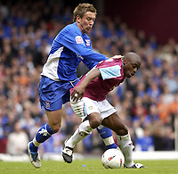 Fotball<br /> Foto: SBI/Digitalsport<br /> NORWAY ONLY<br /> <br /> Coca Cola Championship - Play off Semi Final<br /> West Ham United v Ipswich Town<br /> 14th May, 2005<br /> <br /> West Ham's Shaun Newton and Ipswich's Darren Currie battle for the ball.
